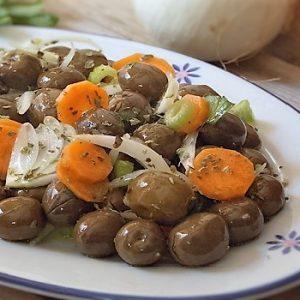 insalata con olive verdi in salamoia