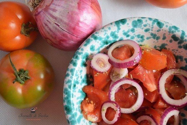 Insalata di pomodori e cipolle: la ricetta perfetta