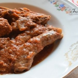 Carne al sugo con salsiccia e polpette