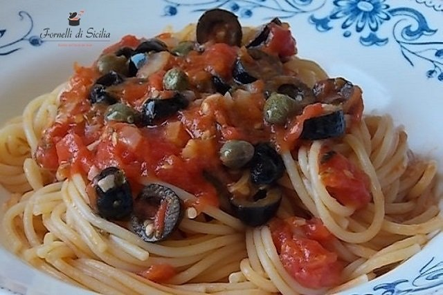 Spaghetti con olive e capperi