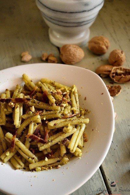 Casarecce con pesto di pistacchi di Bronte e pancetta di suino nero dei Nebrodi