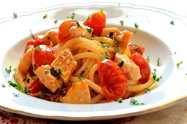 spaghetti con pesce spada pomodorini e menta