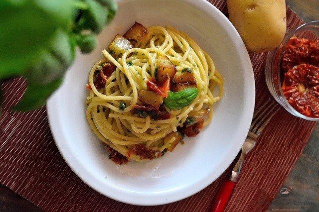 pasta con pesto di basilico e patate fritte