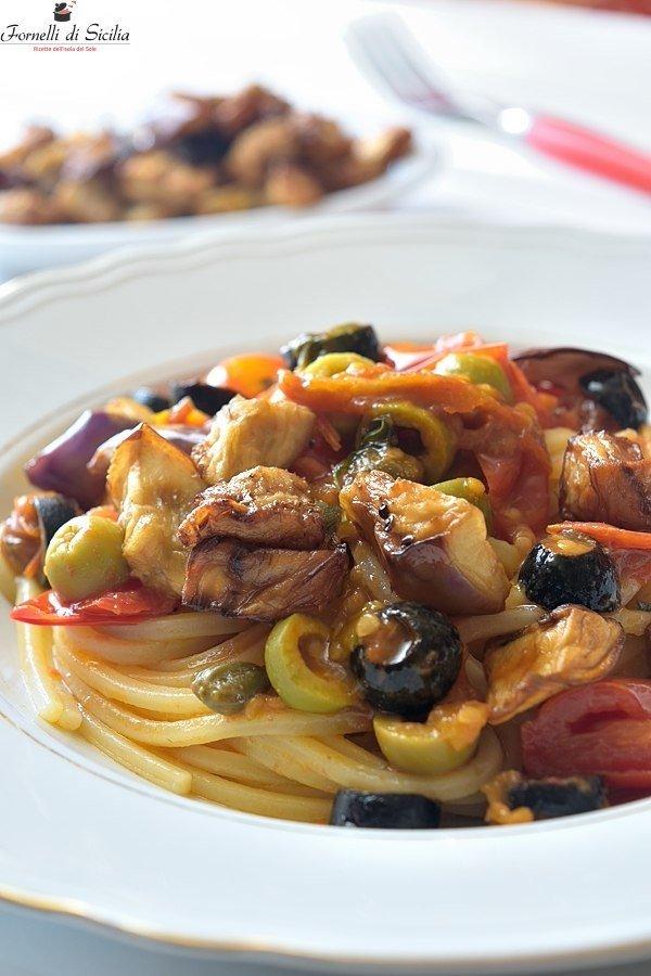 Spaghetti con melanzane pomodorini e acciughe salate
