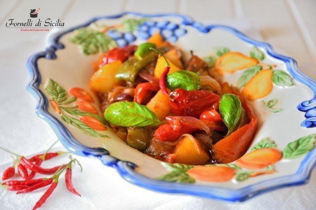 canazzo siciliano ricetta di verdure miste, il termine potrebbe indicare una cottura fatta alla rinfusa giacchè queste sono tagliate e mescolate tutte assieme in teglia.