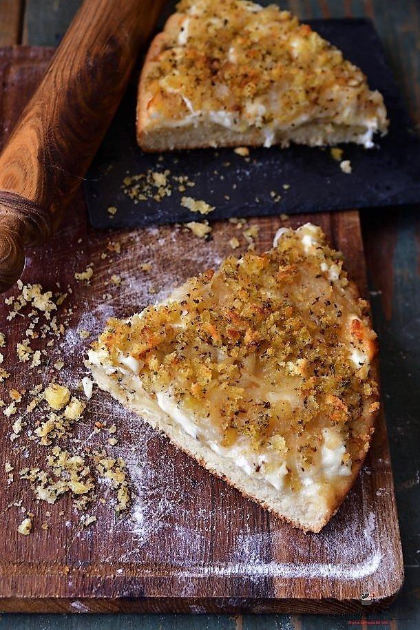 ricetta tipica di bagheria morbida pasta di pane condita con cipolle tuma e mollica abbrustolita