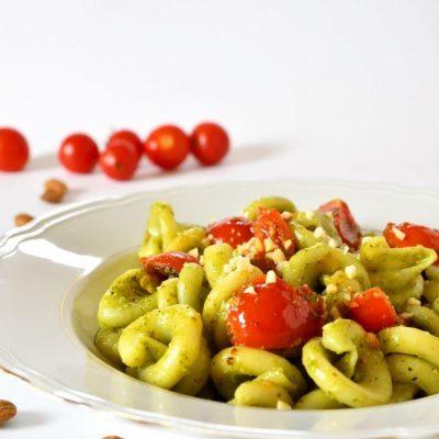 pasta con crema di basilico pomodorini e mandorle