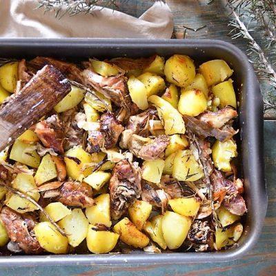 capretto al forno con patate e cipolla