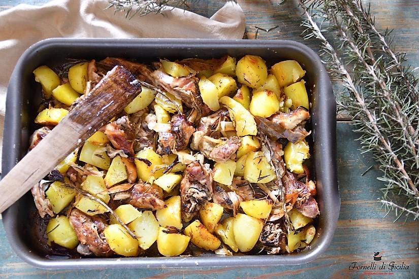 Capretto al forno con patate e cipolle
