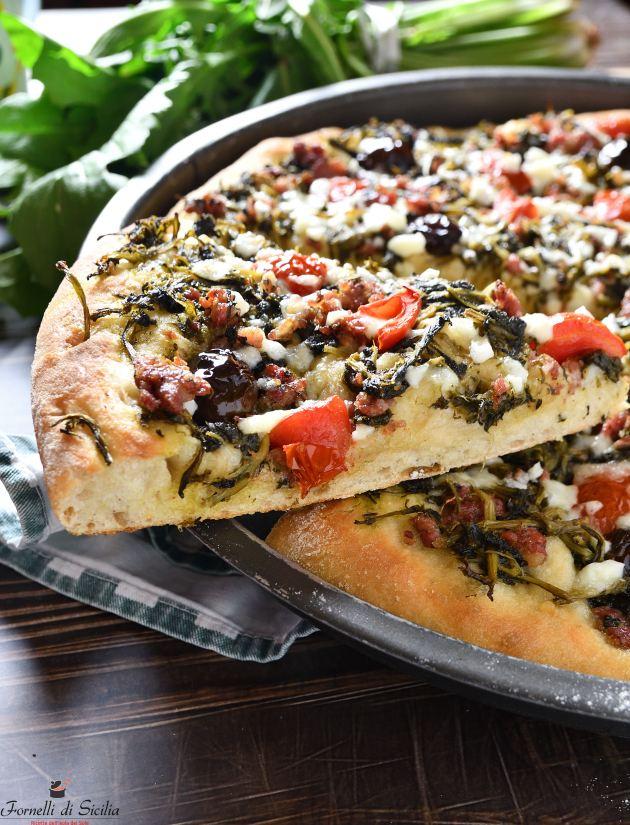 Pizza con cicoria e salsiccia