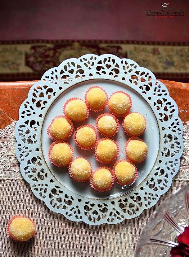 Palline di mandorla all'arancia, la ricetta siciliana