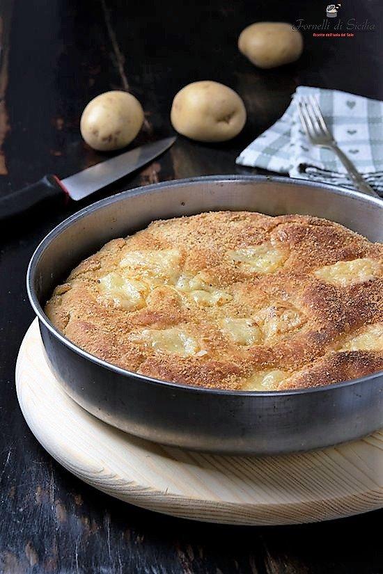 Focaccia di patate con primosale e salame