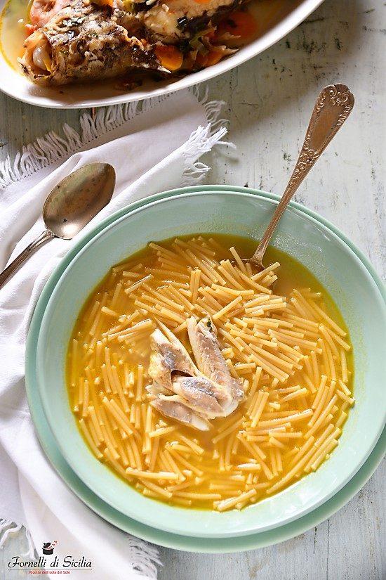 Spaghetti spezzati con brodo di pesce