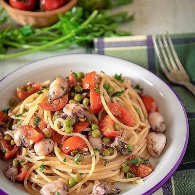 spaghetti con calamaretti pomodorini e pisellini