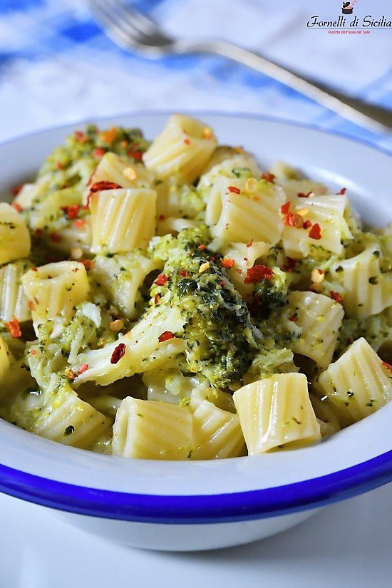 Pasta con sparacelli (broccoletti) e acciughe salate