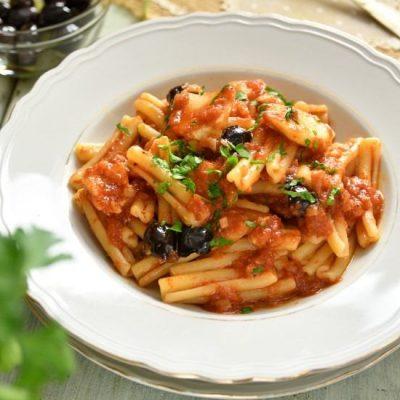 pasta con baccala salsa e olive