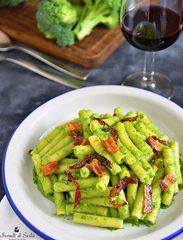 Pasta con pesto di broccoli, pomodori secchi e pancetta