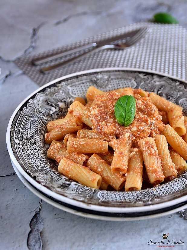 Pasta con ricotta e pomodoro: fatti coccolare dal gusto